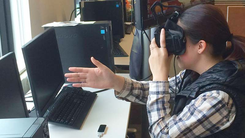 Student experiencing VR